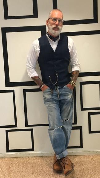 Как и с чем носить: черный жилет, белая классическая рубашка, синие рваные джинсы, коричневые кожаные повседневные ботинки