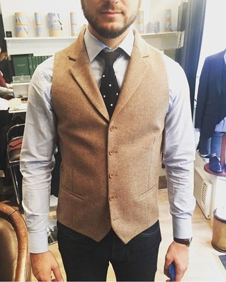Как и с чем носить: светло-коричневый шерстяной жилет, белая классическая рубашка, темно-синие джинсы, черный вязаный галстук