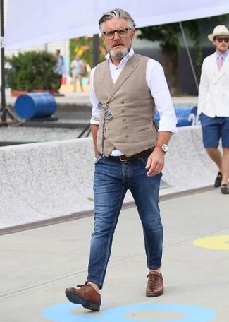 Как и с чем носить: бежевый жилет, белая классическая рубашка, синие зауженные джинсы, коричневые кожаные низкие кеды