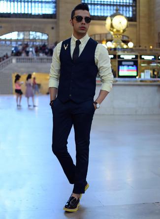 Комбо из темно-синего жилета и темно-синих классических брюк позволит исполнить строгий деловой стиль. Любители экспериментировать могут завершить образ черными кожаными лоферами.