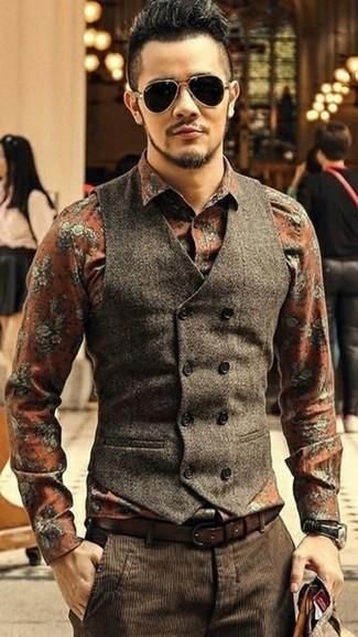 Как и с чем носить: темно-коричневый шерстяной жилет, оранжевая классическая рубашка с цветочным принтом, темно-коричневые вельветовые классические брюки, темно-коричневый кожаный ремень