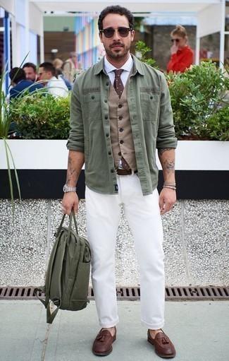 Белая классическая рубашка: с чем носить и как сочетать мужчине: Любишь выглядеть престижно? Тогда сочетание белой классической рубашки и белых джинсов - это то, что тебе нужно. Хочешь добавить в этот наряд толику классики? Тогда в качестве дополнения к этому луку, выбери коричневые кожаные лоферы с кисточками.