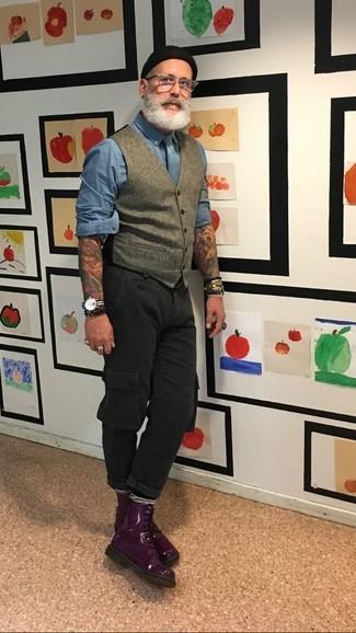 Как и с чем носить: серый шерстяной жилет, синяя рубашка с длинным рукавом, черные брюки карго, темно-пурпурные кожаные повседневные ботинки