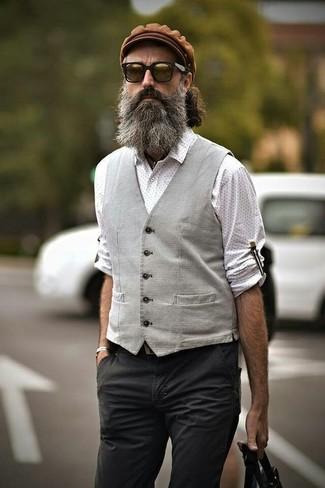 Как и с чем носить: серый жилет, белая рубашка с длинным рукавом в горошек, темно-серые брюки чинос, коричневая кепка
