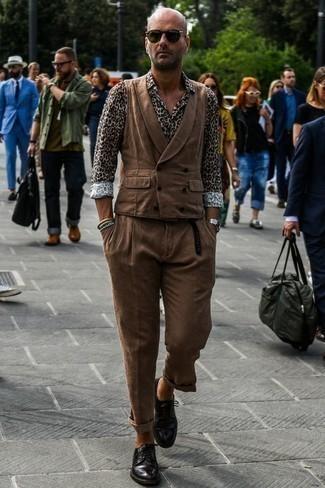 Черные кожаные туфли дерби: с чем носить и как сочетать: Комбо из коричневого жилета и коричневых брюк чинос позволит составить стильный и элегантный лук. Вместе с этим образом органично смотрятся черные кожаные туфли дерби.