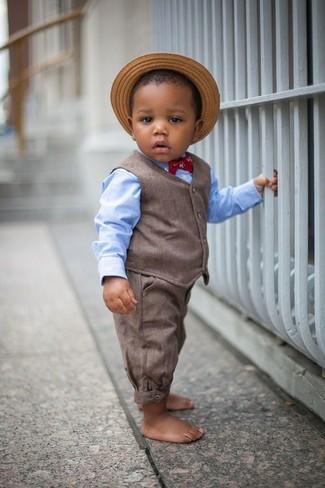 Как и с чем носить: коричневый жилет, голубая рубашка с длинным рукавом, коричневые брюки, светло-коричневая соломенная шляпа