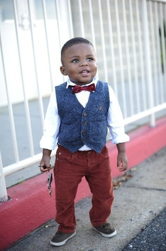 Как и с чем носить: темно-синий жилет, белая рубашка с длинным рукавом, темно-красные джинсы, темно-коричневые кеды