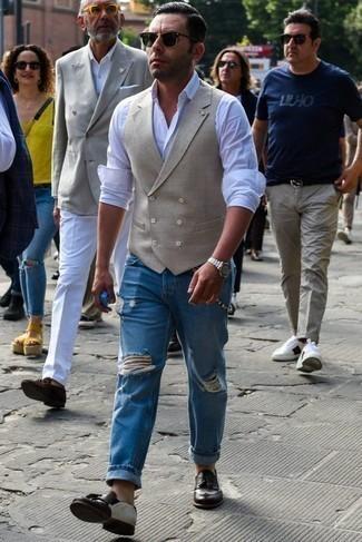 Темно-коричневые кожаные лоферы с кисточками: с чем носить и как сочетать: Тандем бежевого жилета и синих рваных джинсов позволит выглядеть по моде, а также подчеркнуть твою индивидуальность. Не прочь сделать образ немного элегантнее? Тогда в качестве обуви к этому луку, обрати внимание на темно-коричневые кожаные лоферы с кисточками.