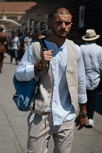 Как и с чем носить: бежевый жилет, белая рубашка с длинным рукавом, коричневые классические брюки в вертикальную полоску, синий рюкзак из плотной ткани