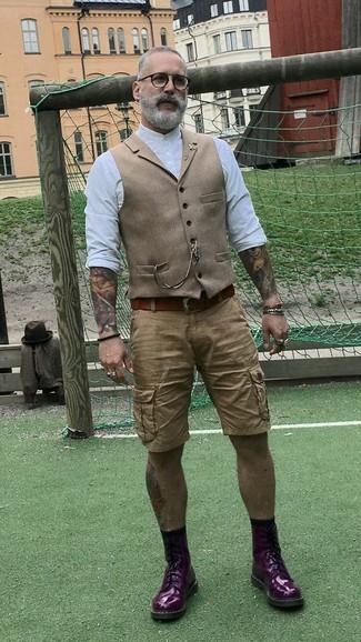 Как и с чем носить: светло-коричневый шерстяной жилет, белая рубашка с длинным рукавом, светло-коричневые шорты, темно-пурпурные кожаные повседневные ботинки