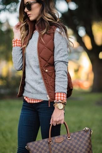 Как и с чем носить: коричневый стеганый жилет, серый свитер с круглым вырезом, красно-белая классическая рубашка в мелкую клетку, темно-синие джинсы скинни