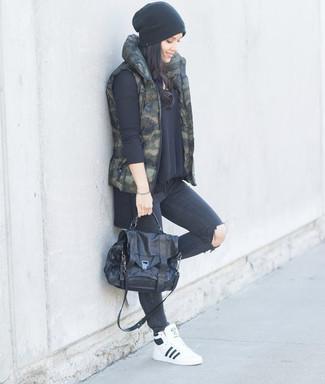 Как и с чем носить: темно-зеленый жилет с камуфляжным принтом, черный свободный свитер, темно-серые рваные джинсы скинни, белые кожаные высокие кеды