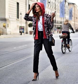 Как и с чем носить: красный жилет, разноцветный твидовый жакет, бело-черная футболка с круглым вырезом с принтом, черные брюки-галифе
