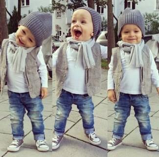 Как и с чем носить: серый жилет, белая футболка с длинным рукавом, синие джинсы, серые кеды