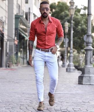 Как и с чем носить: белые зауженные джинсы, коричневые замшевые лоферы с кисточками, коричневый кожаный ремень, коричневые солнцезащитные очки