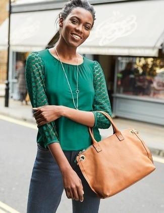 Как и с чем носить: зеленая блузка с длинным рукавом, темно-серые джинсы скинни, светло-коричневая кожаная большая сумка, серебряная подвеска
