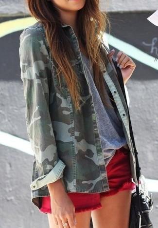 С чем носить красные джинсовые шорты женщине: Комбо из зеленой джинсовой рубашки с камуфляжным принтом и красных джинсовых шорт поможет подчеркнуть твою индивидуальность и выгодно выделиться из серой массы.