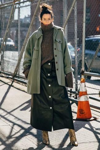 Как и с чем носить: зеленая шерстяная куртка-рубашка, темно-серая шерстяная вязаная водолазка, черная кожаная юбка на пуговицах, коричневые кожаные ботильоны со змеиным рисунком