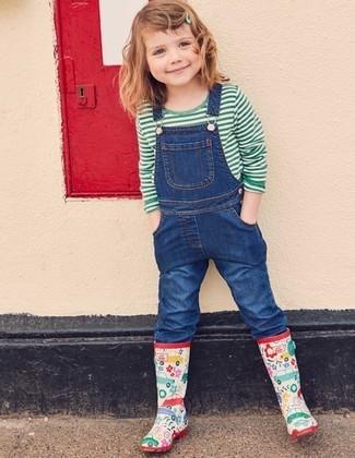 Модный лук: зеленая футболка в горизонтальную полоску, синие джинсовые штаны-комбинезон, разноцветные резиновые сапоги