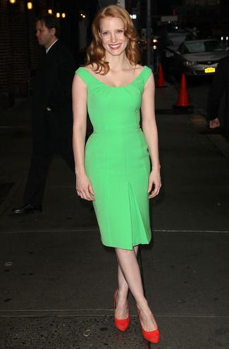 зеленое облегающее платье красные замшевые туфли large 1596