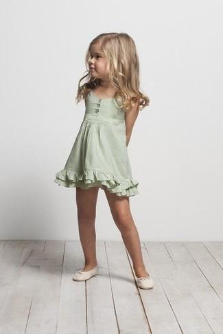 Как и с чем носить: зеленое платье, бежевые балетки