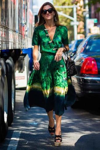 Как и с чем носить: зеленое платье с запахом c принтом тай-дай, черные босоножки на танкетке из плотной ткани, черная замшевая сумка-мешок с шипами