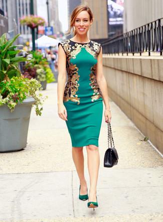 Как и с чем носить: зеленое платье-футляр, зеленые замшевые туфли, черная кожаная стеганая сумка-саквояж