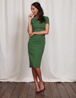 Как и с чем носить: зеленое платье-футляр, темно-красные замшевые туфли
