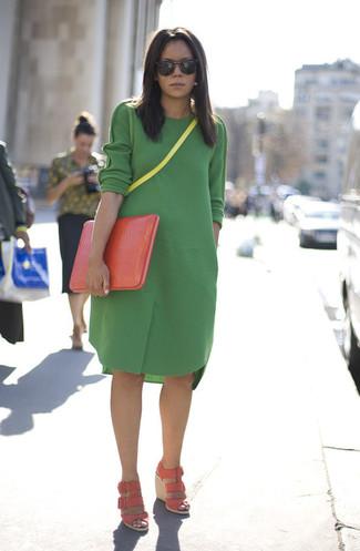 Зеленое шерстяное повседневное платье можно надеть на прогулку или на встречу с друзьями в кафе. Любительницы экспериментировать могут завершить образ розовой обувью.