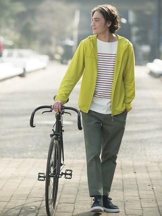 Как и с чем носить: зелено-желтая ветровка, белая футболка с круглым вырезом в горизонтальную полоску, темно-зеленые брюки чинос, черные низкие кеды