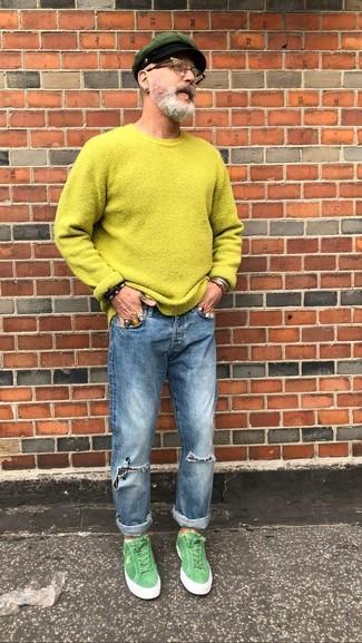 Как и с чем носить: зелено-желтый свитер с круглым вырезом, синие рваные джинсы, зеленые замшевые низкие кеды, темно-зеленая кепка