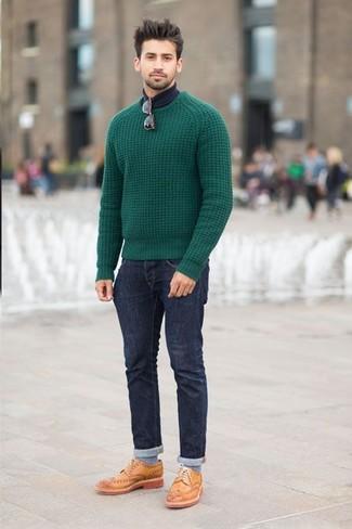 Зеленый вязаный свитер будет смотреться стильно с темно-синими джинсами. Выбирая обувь, сделай ставку на классику и надень светло-коричневые кожаные броги.