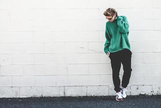 Как и с чем носить: зеленый вязаный свободный свитер, черные спортивные штаны, бело-черные кроссовки