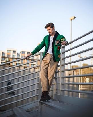 Как и с чем носить: зеленый кардиган с вышивкой, белая футболка-поло, светло-коричневые брюки чинос, темно-коричневые кожаные повседневные ботинки