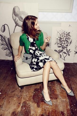 Как и с чем носить: зеленый кардиган, черно-белое платье с плиссированной юбкой с цветочным принтом, черно-белые кожаные туфли с принтом, черно-белая сумка через плечо из плотной ткани