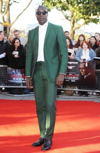 Как Dermot O'Leary носит Зеленый костюм, Белая классическая рубашка, Черные кожаные оксфорды