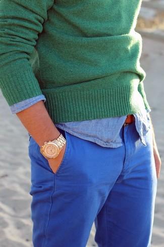 Как и с чем носить: зеленый свитер с круглым вырезом, голубая рубашка с длинным рукавом из шамбре, синие брюки чинос