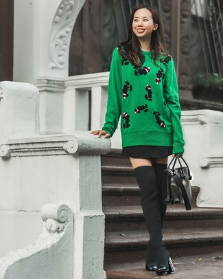 Как и с чем носить: зеленый свитер с круглым вырезом с принтом, черная короткая юбка-солнце, черные ботфорты из плотной ткани, черная кожаная сумка-саквояж