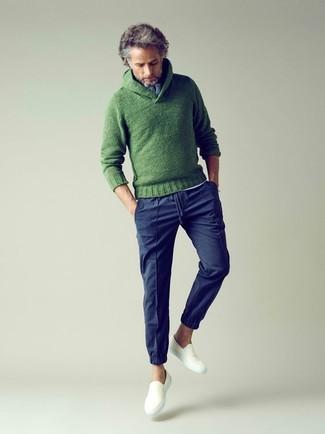 Как и с чем носить: зеленый вязаный свитер с отложным воротником, белая футболка на пуговицах, темно-синие брюки чинос, белые слипоны из плотной ткани