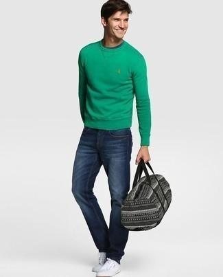 Модные мужские луки 2020 фото: Зеленый свитшот и темно-синие джинсы — неотъемлемые вещи в гардеробе стильного современного молодого человека. Белые низкие кеды из плотной ткани отлично дополнят этот ансамбль.