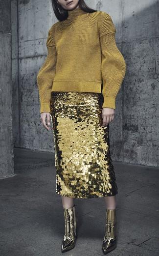 Как и с чем носить: золотая шерстяная водолазка, золотая юбка-карандаш с пайетками, золотые кожаные ботильоны