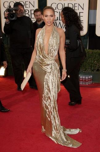 Золотое вечернее платье — идеальный вариант для выхода в свет.