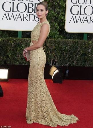 Как Emily Blunt носит Золотое кружевное вечернее платье, Золотой клатч с пайетками, Темно-красные серьги