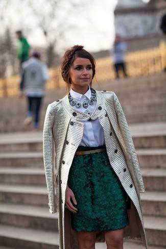 Как Miroslava Duma носит Золотое пальто, Белая классическая рубашка, Темно-зеленая юбка-карандаш, Темно-зеленое колье