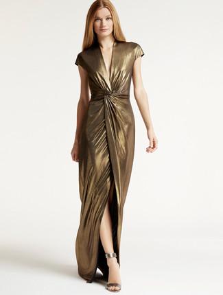 Модный лук: Золотое платье-макси с разрезом, Серебряные кожаные босоножки на каблуке