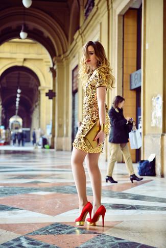 Модный лук: Золотое платье-футляр с пайетками, Красные замшевые туфли, Золотой кожаный клатч, Золотой браслет