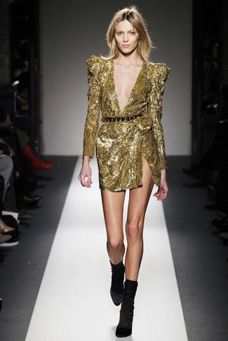 Как и с чем носить: золотое платье-футляр с пайетками, черные бархатные ботильоны, черно-золотой пояс