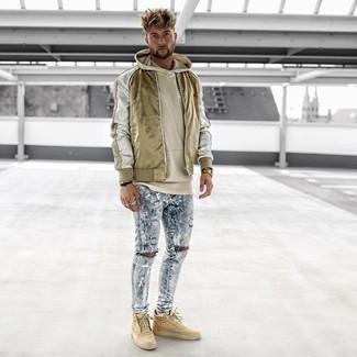 Как и с чем носить: золотой нейлоновый бомбер, бежевый худи, голубые рваные зауженные джинсы, светло-коричневые высокие кеды