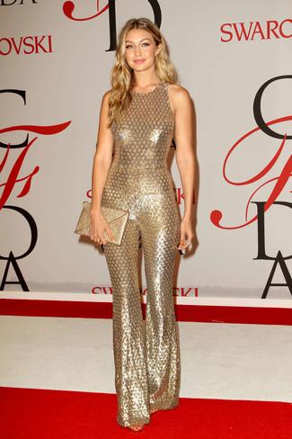 Как Gigi Hadid носит Золотой комбинезон с пайетками, Золотой клатч с пайетками