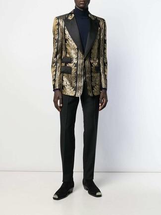 Как и с чем носить: золотой пиджак из парчи, темно-синяя водолазка, черные классические брюки, черные замшевые ботинки челси